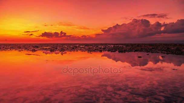 Krásný západ slunce a mraky odraz v moři na ostrově Nusa Lembongan, Indonésie
