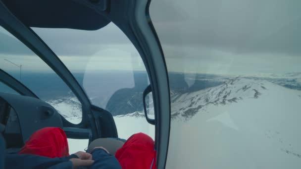 Kokpitu helikoptéry letí v zimních horách