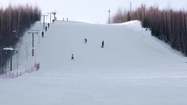 Skifahrer und Snowboarder auf einem Skigebiet auf schneebedeckten Winterberg mit malerischer Aussicht