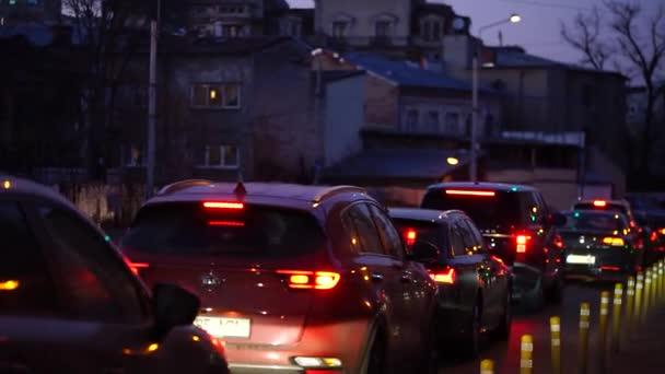 Redakční záznam automobilové dopravy, auta zastavila na červenou v dopravní špičce v centru Bukurešti, Rumunsko, 2020