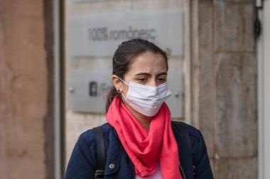 Covid-19 grip virüsü Avrupa 'da yayılıyor. Corona virüsüne karşı tıbbi maske takan insanlar. Sağlık sigortası konsepti. Bükreş, Romanya, 2020 'de kamusal alanlarda yüzü cerrahi maske takan bir kadın