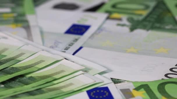 Detailní záběr na 100 eurobankovek. Pozadí s penězi EURO bankovky. Peníze v hotovosti pozadí