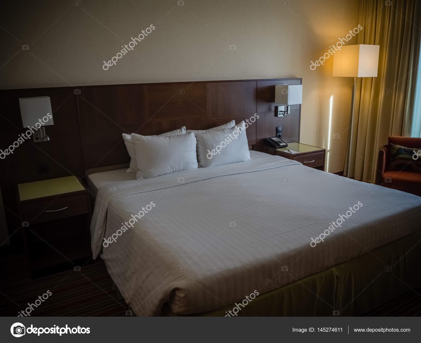Kingsize Bett Mit Vorhang Nachttisch Und Lampe U2014 Foto Von Drserg