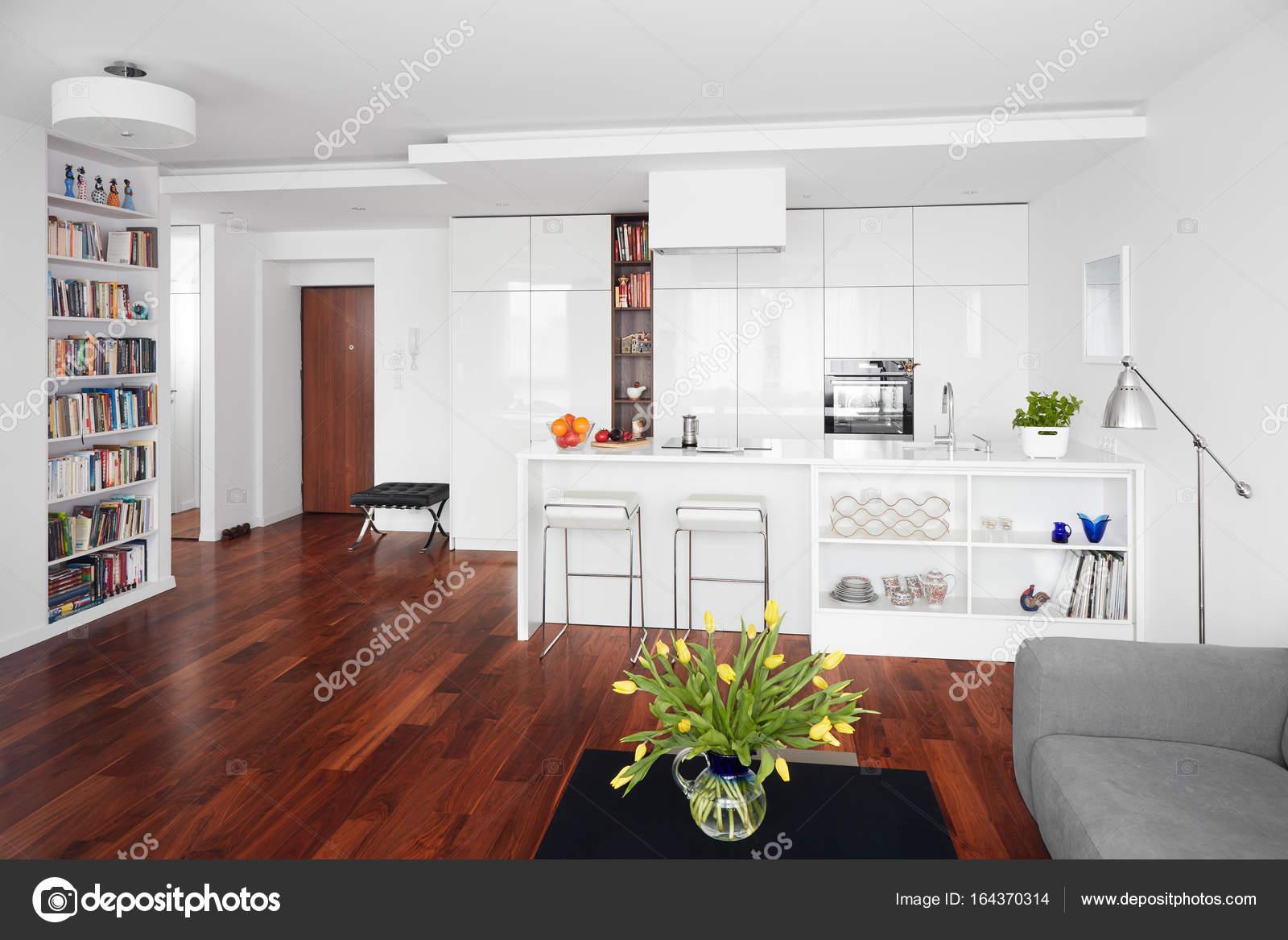 Moderne keuken en woonkamer, Scandinavische interieur — Stockfoto ...