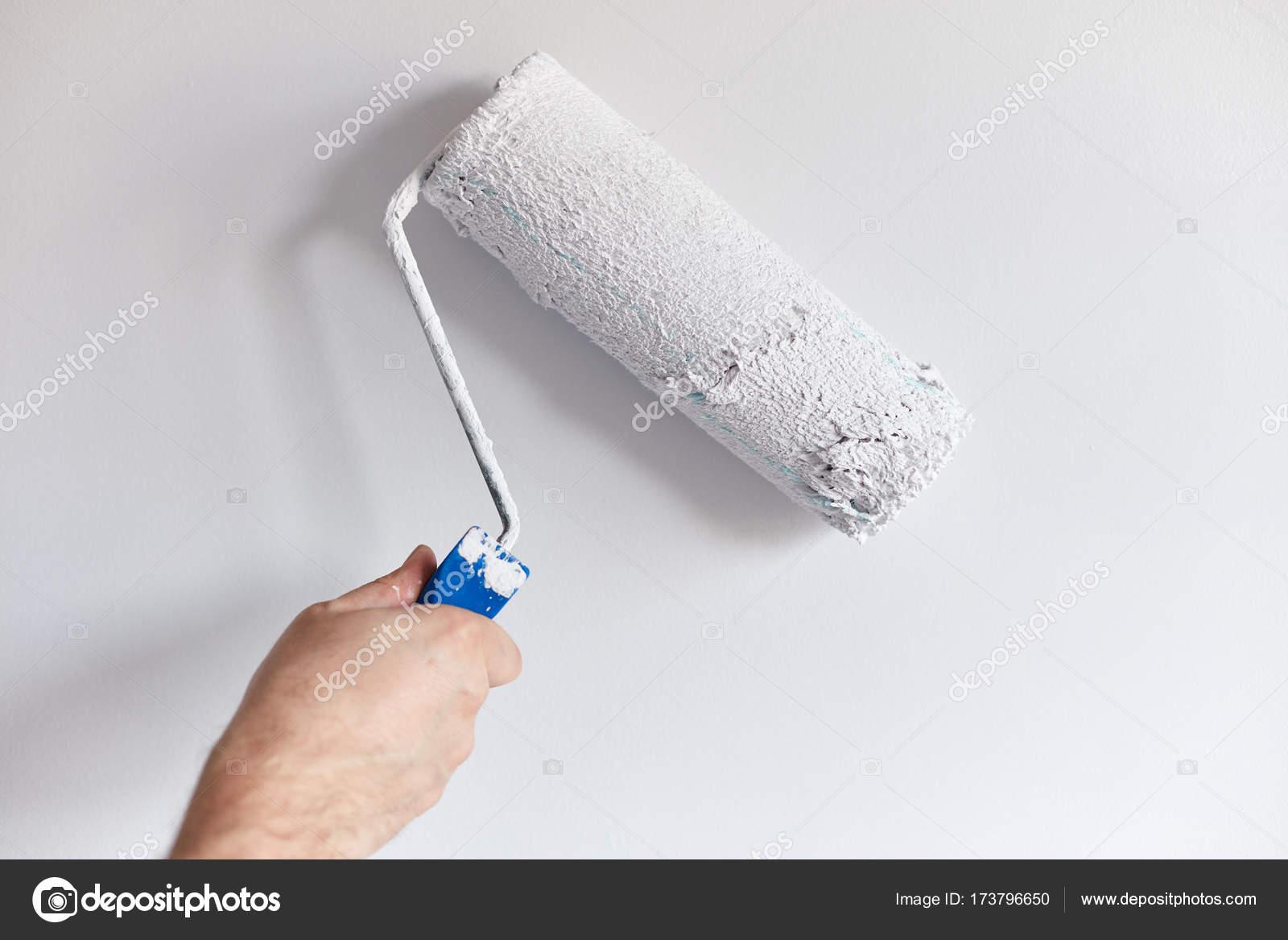 Hommes De Main Peinture Mur Avec Rouleau à Peinture