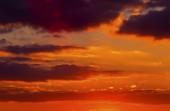 Krásný západ slunce s barevné mraky na obloze