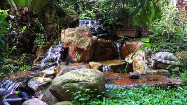 Mini vodopád ve skalní zahradě. Mírumilovný, klidný a klidný.