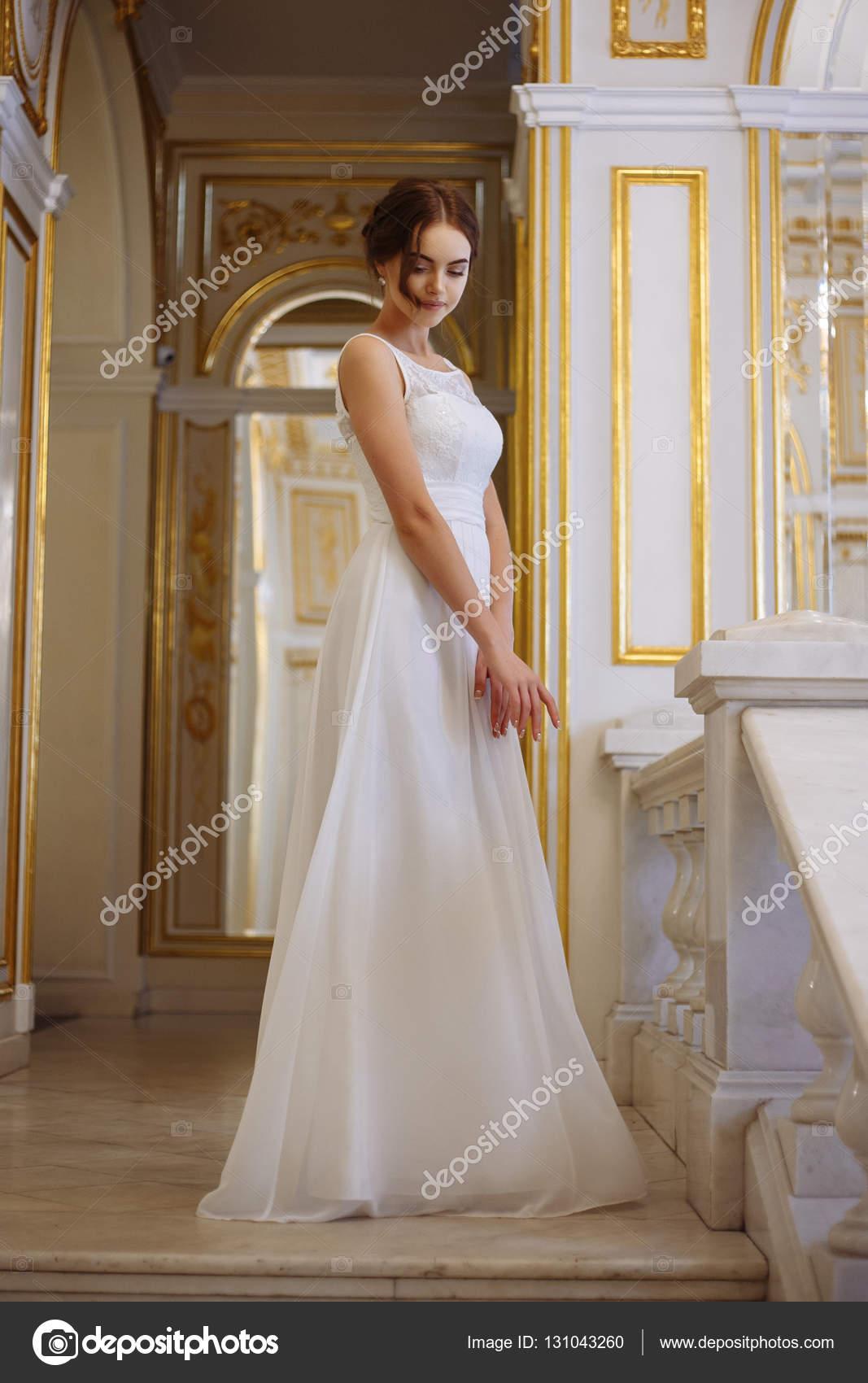 schöne junge Frau Braut in Luxus Brautkleid im Innenraum — Stockfoto ...