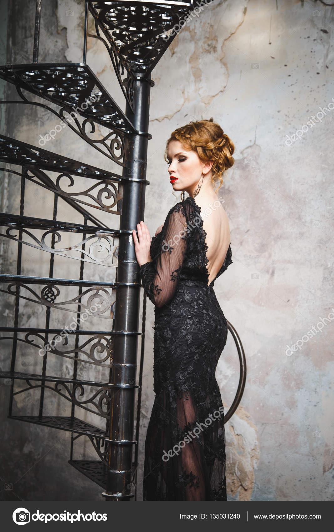 ca57bd05089b Giovane signora sensuale in un abito da sera nero con schiena nuda–  immagine stock