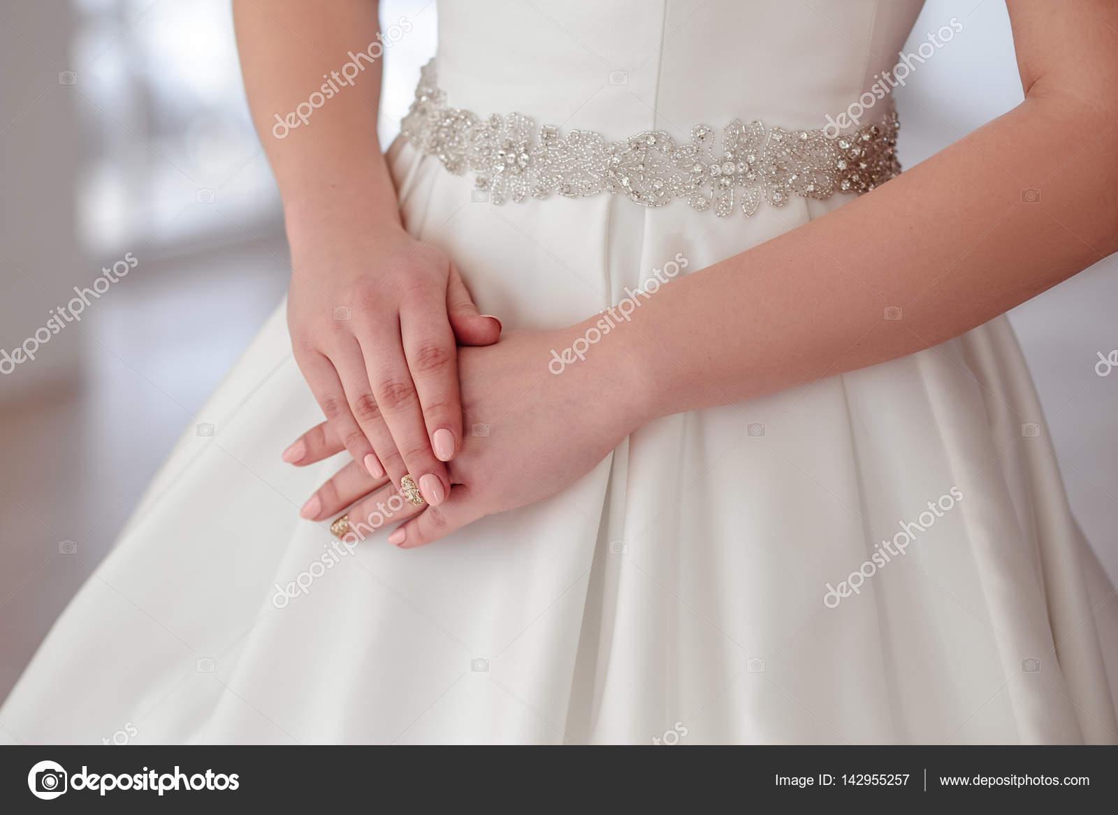 primer plano retrato de la bella morena novia con elegante peinado y ...
