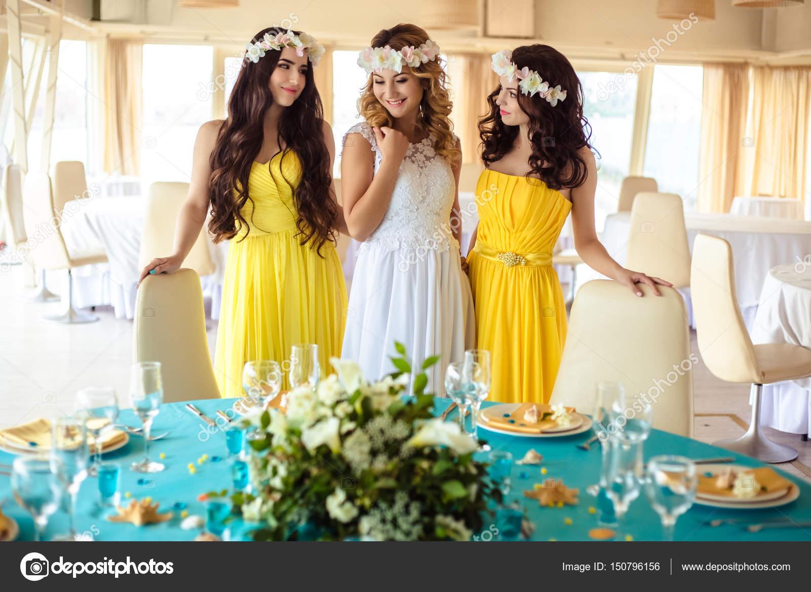 reputable site db7e4 2d14a Bella sposa e due damigelle d'onore in gialli vestiti simili ...