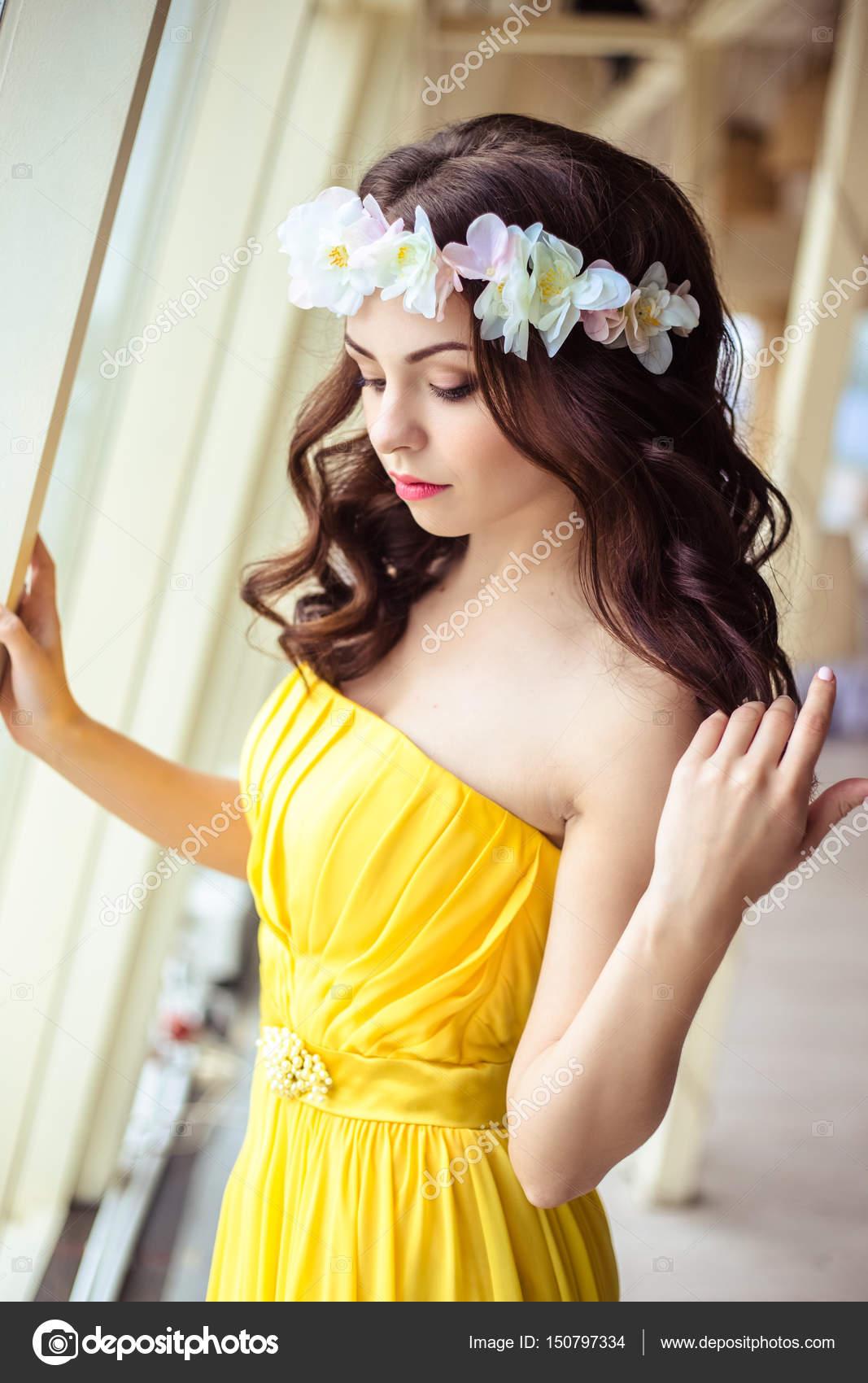 Mulher jovem e bonita com cabelo comprido em um dia de verão. dama de honra  no vestido amarelo em um restaurante de mar — Foto de cherry daria 160a636a670c