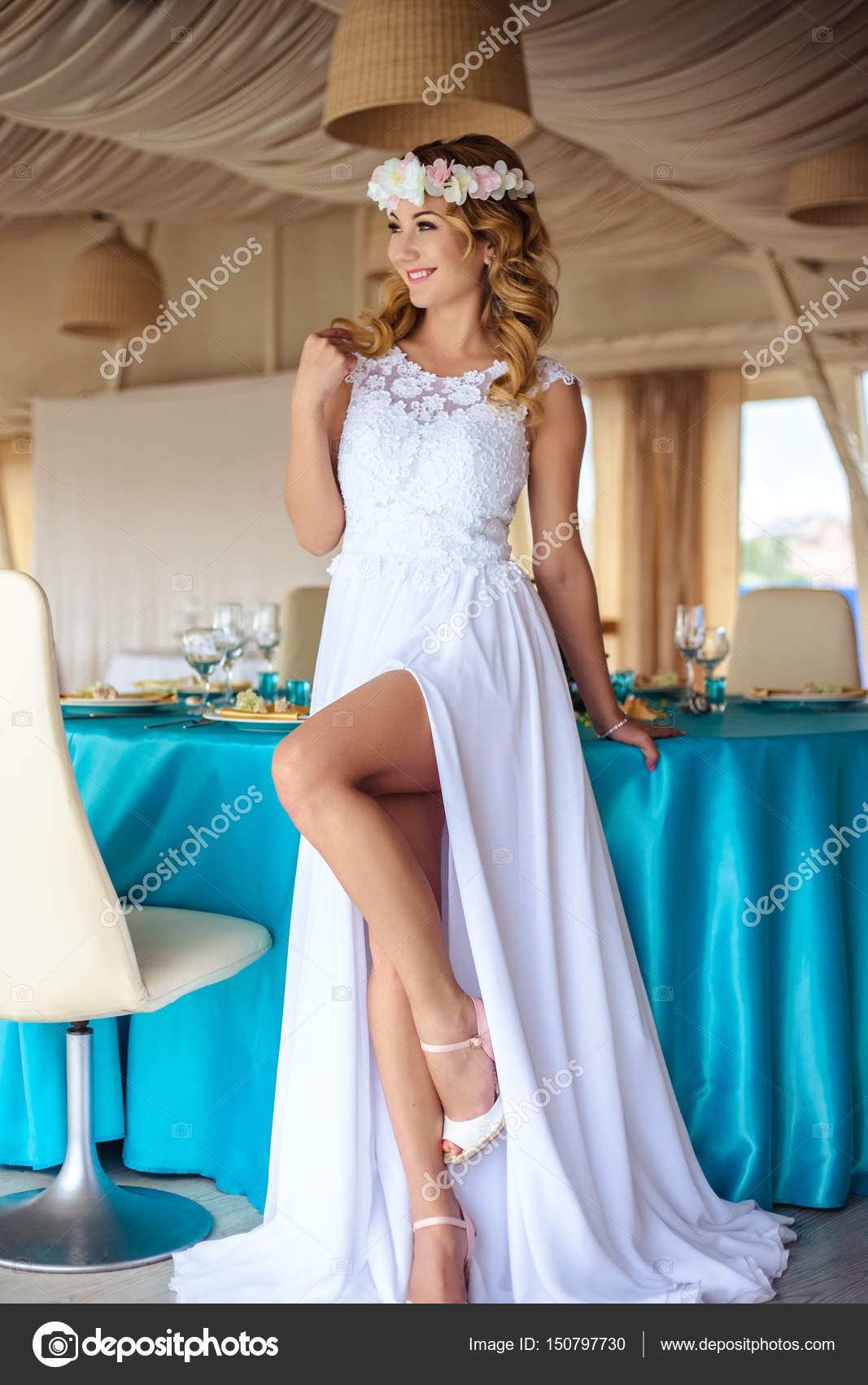 Sexy junge blonde Braut in eine Kreuzfahrt weißen Brautkleid in ...