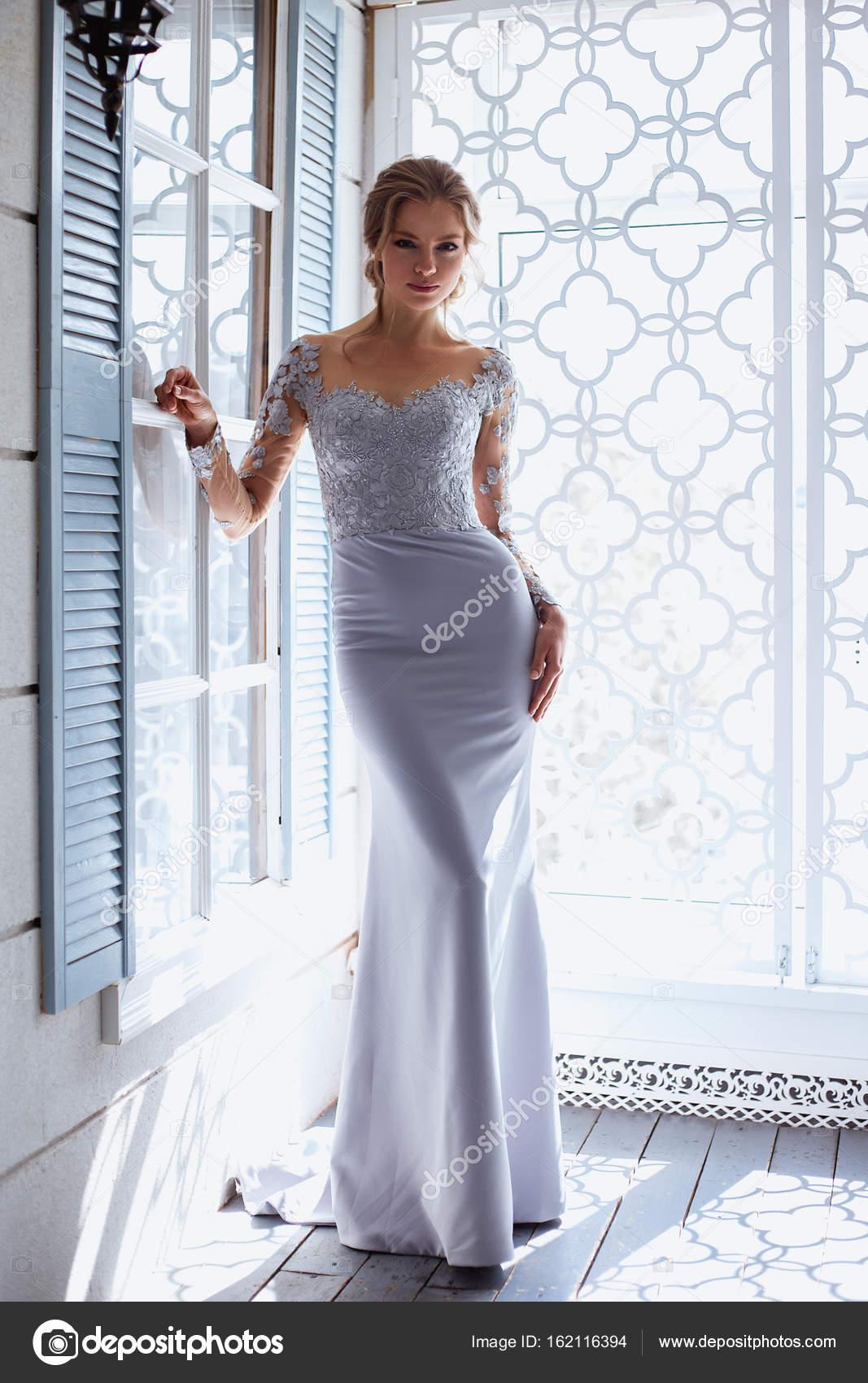 Junge blonde Braut Frau in einem leichten blau Brautkleid, Mode ...