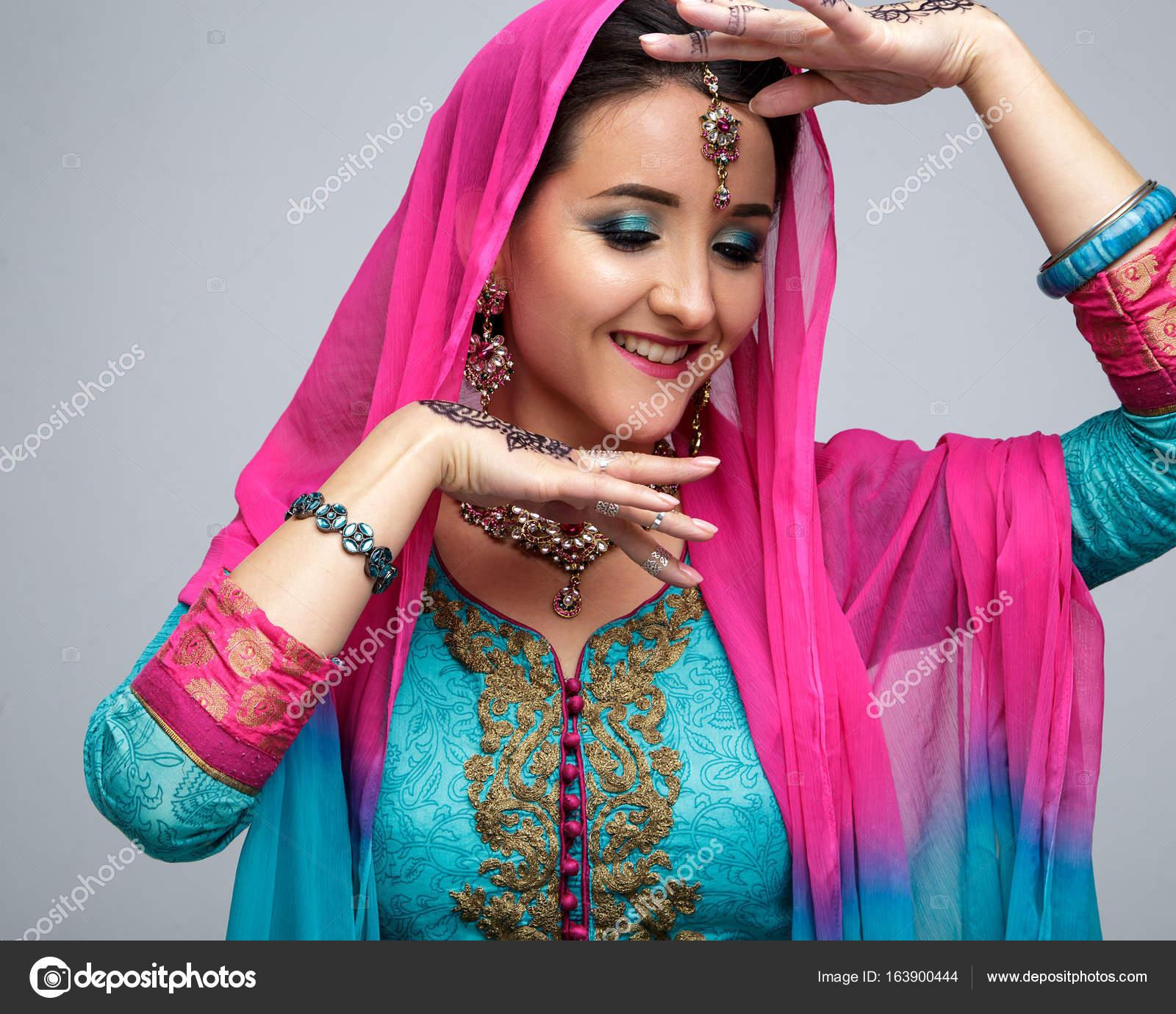 Retrato de hermosa niña Indiana sonriente. Modelo joven indio ...
