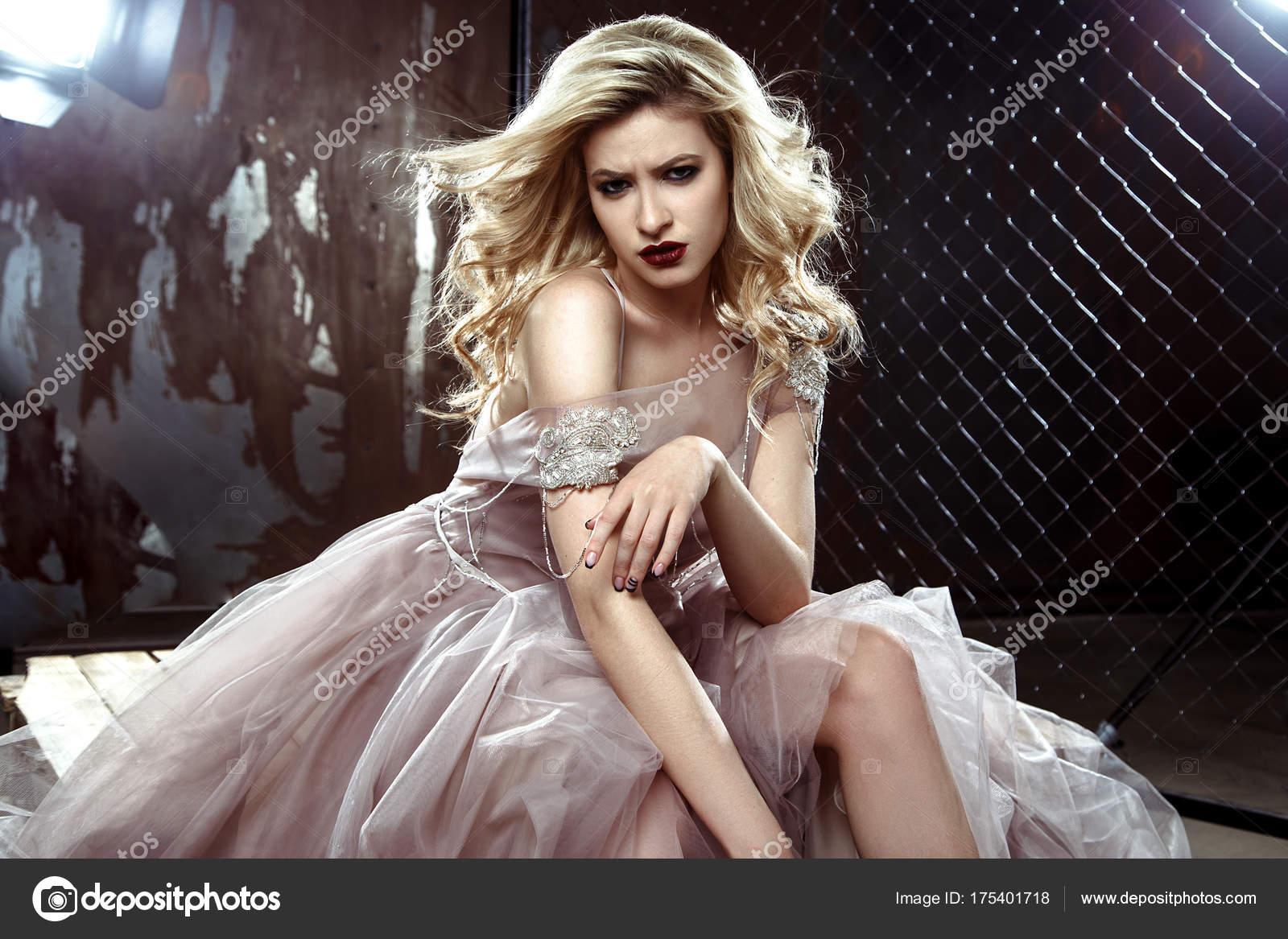 e7db64d33828 Πολύ Όμορφη Ξανθιά Νεαρή Νύφη Γυναίκα Στο Χρώμα Νυφικό Ροκ — Φωτογραφία  Αρχείου
