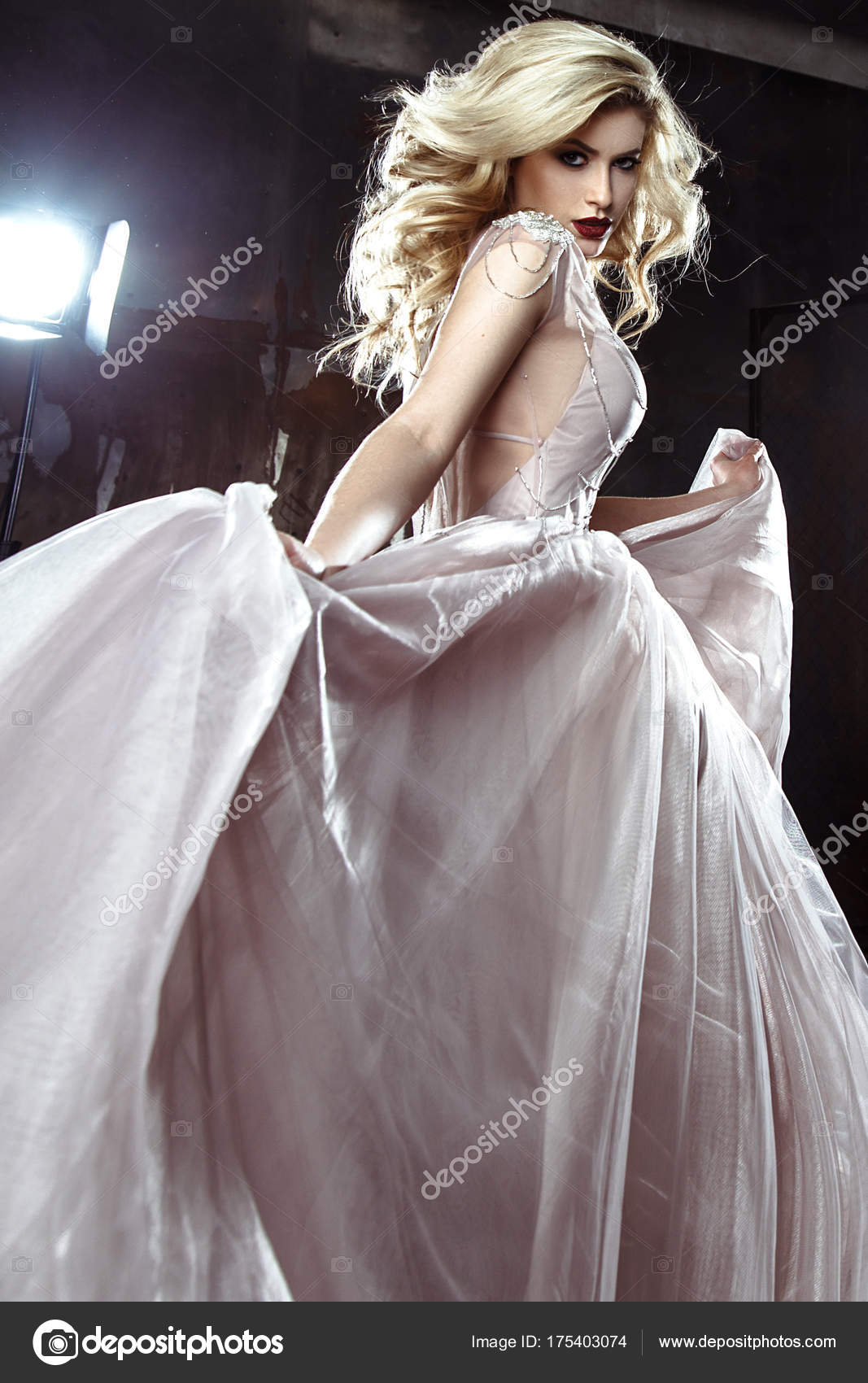 Schone Blonde Junge Braut Frau Hochzeitskleid Farbe Rock Stil Mode