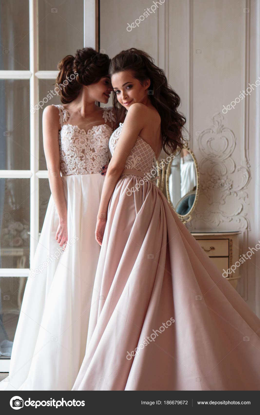 Schöne Braut Und Brautjungfern Luxus Kleider Zwillinge Junge Frauen ...