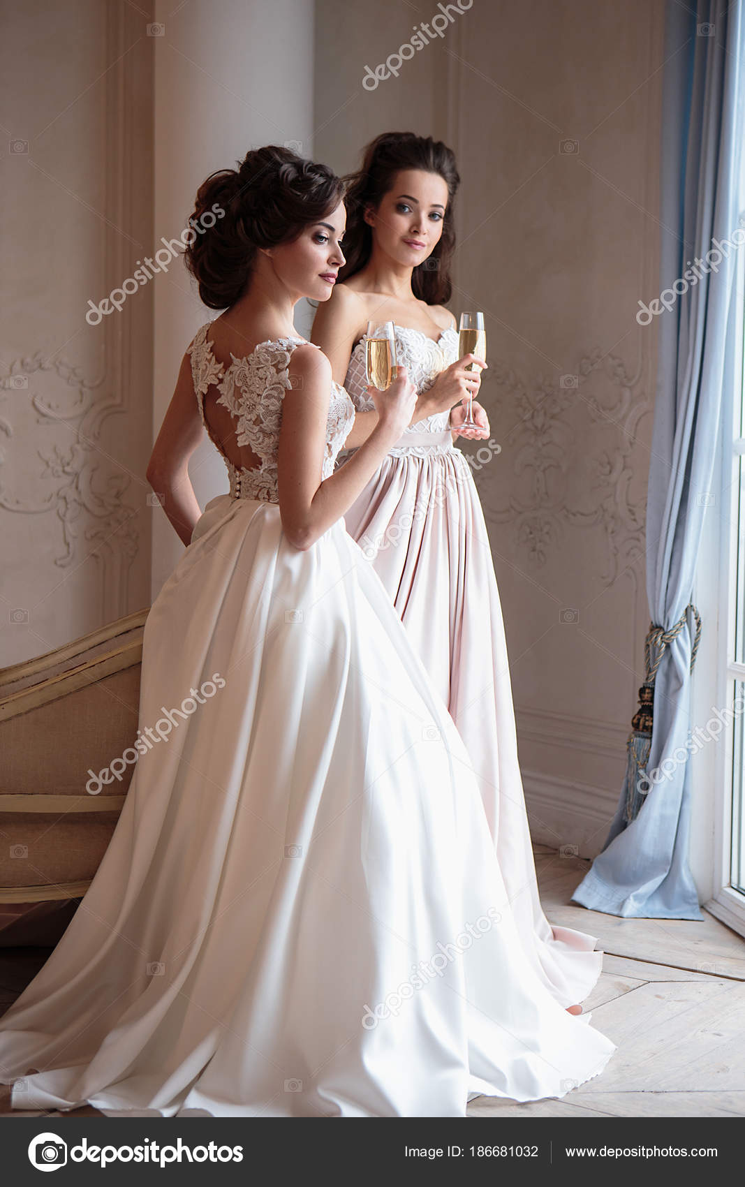 2f4cb4da4 Hermosa novia y damas de honor en vestidos de lujo. Mujeres jóvenes gemelos  en sesión fotográfica de boda — Foto de ...