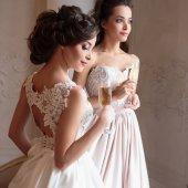 Fotografie Krásná nevěsta a družičky v luxusních šatech. Dvojčata mladé ženy v svatební focení
