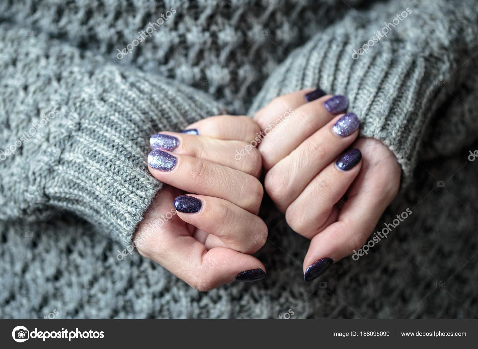 Przepiękny Manicure Fioletowy Srebrny Lakier Paznokci Zbliżenie