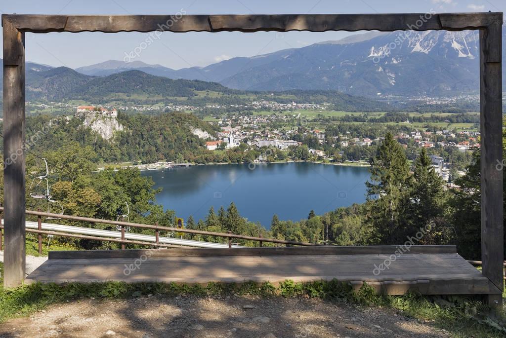 Holz Bilderrahmen mit Blick auf Lake Bled, Slowenien — Stockfoto ...