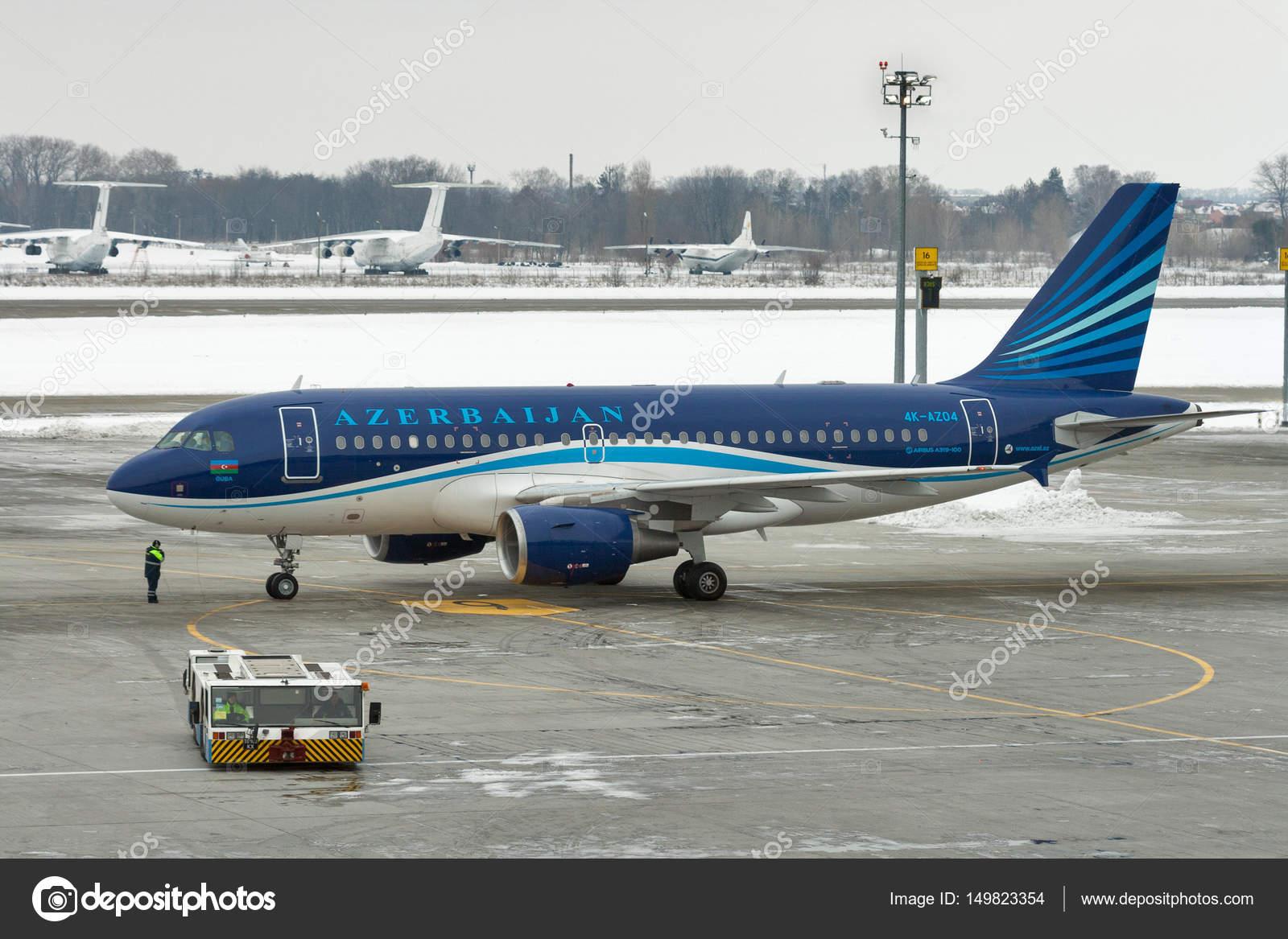 Aeroporto Kiev : Azerbaijan airlines airplane in boryspil airport kiev ukraine