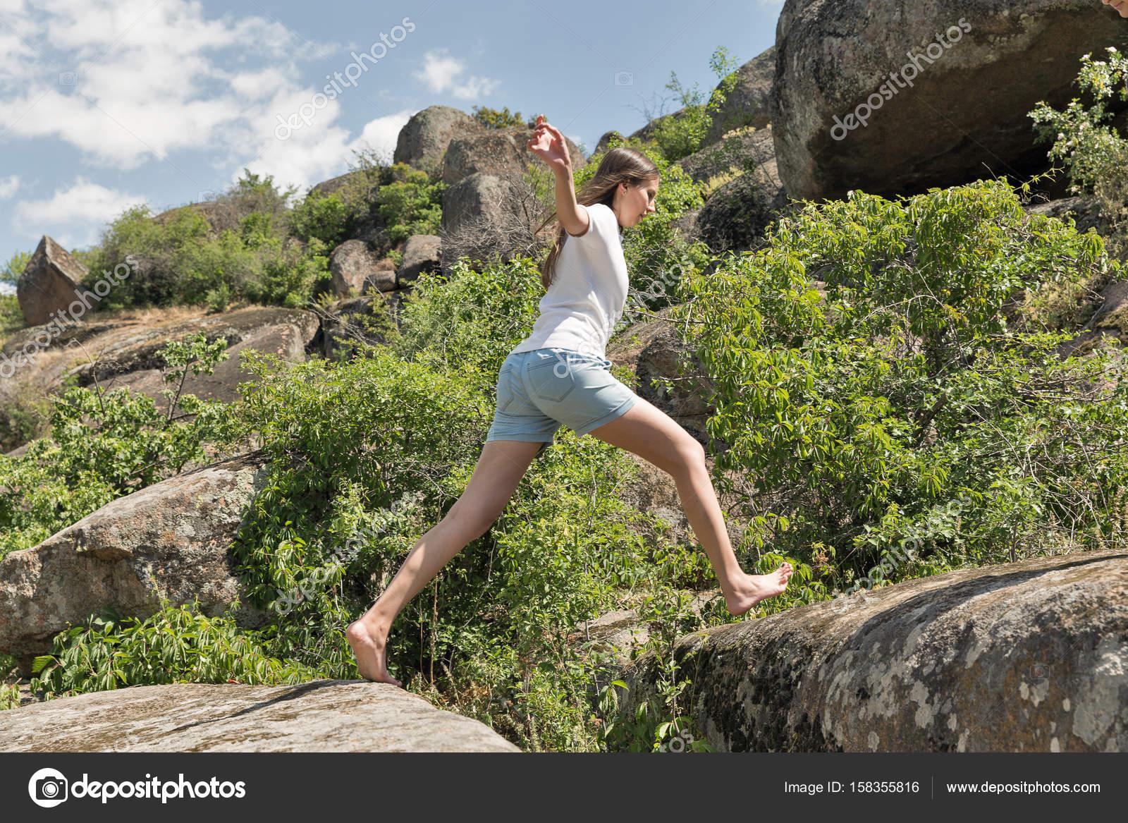 giovane donna forma fisica correndo a piedi nudi alle