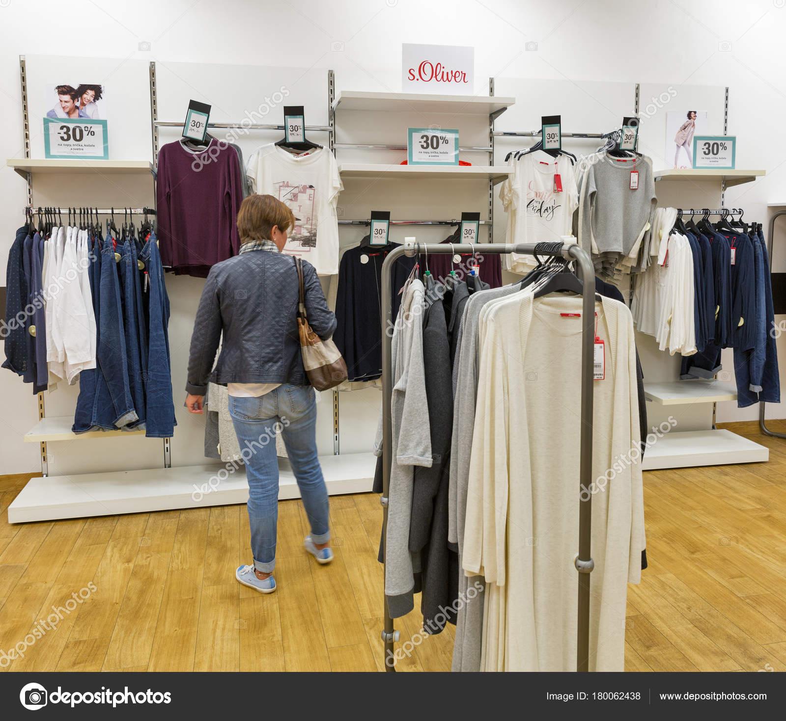 f79bd507a1689 Interior de loja de moda s.Oliver em Bratislava, Eslováquia — Fotografia de  Stock