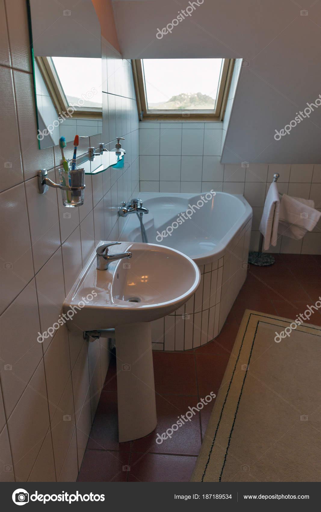 Moderne badkamer met hoekbad, lavabo en venster — Stockfoto ...