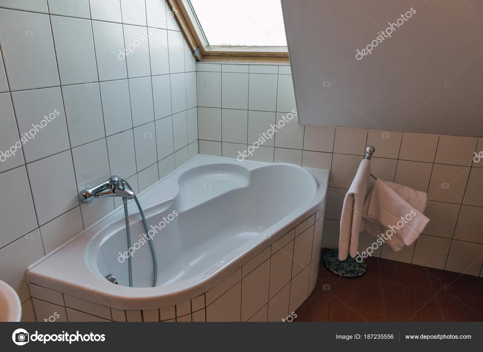 Salle de bains moderne avec baignoire d\'angle et de fenêtre ...