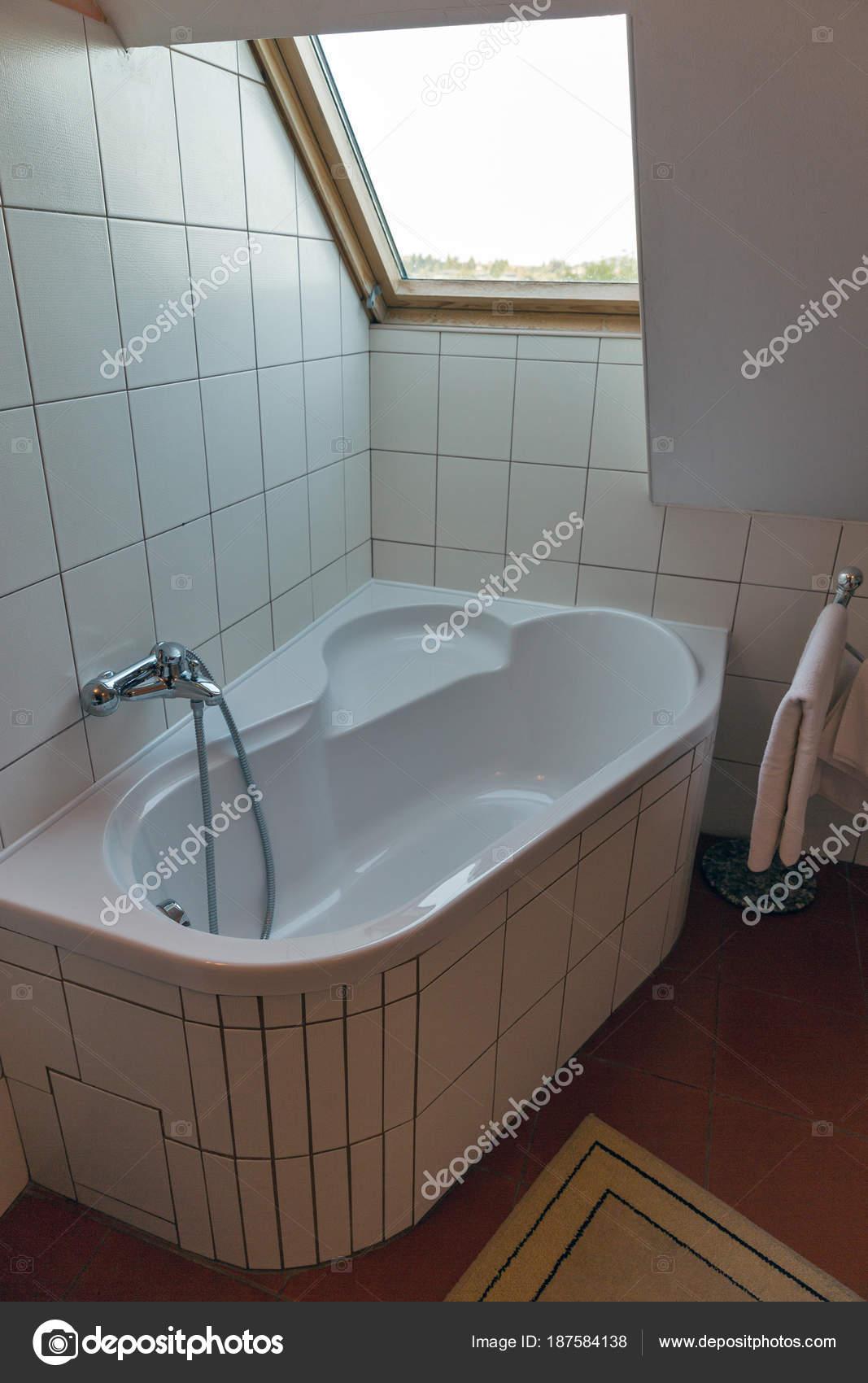 Moderne badkamer met hoekbad en venster — Stockfoto © panama7 #187584138