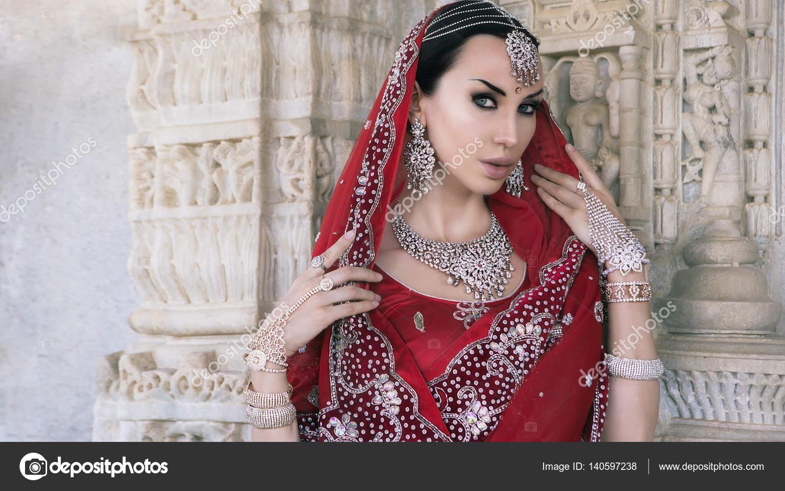Schöne Maharani. Junge indische Frau in traditioneller Kleidung w ...