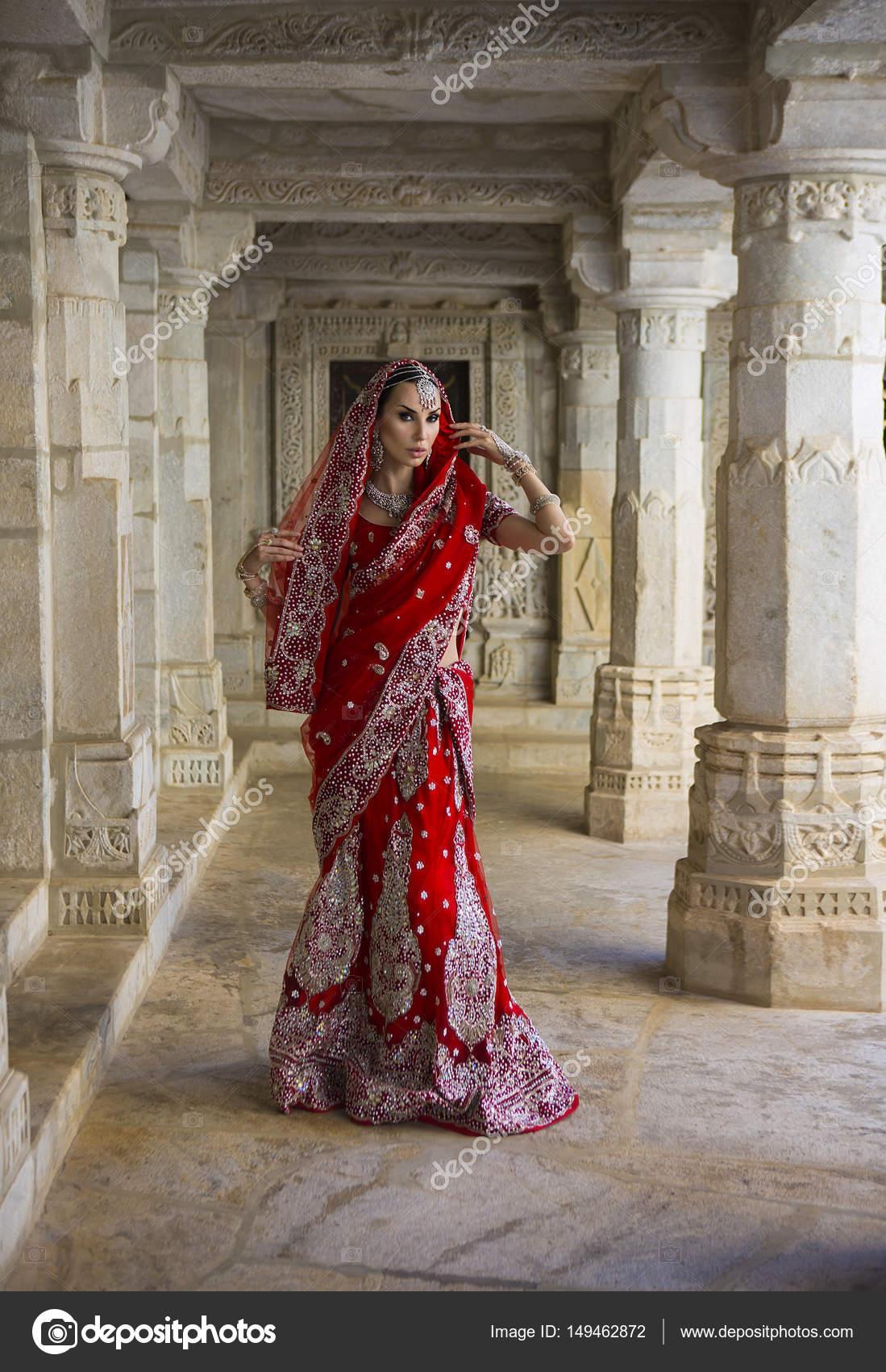 schöne junge indische Frau in traditioneller Kleidung mit bridal ...