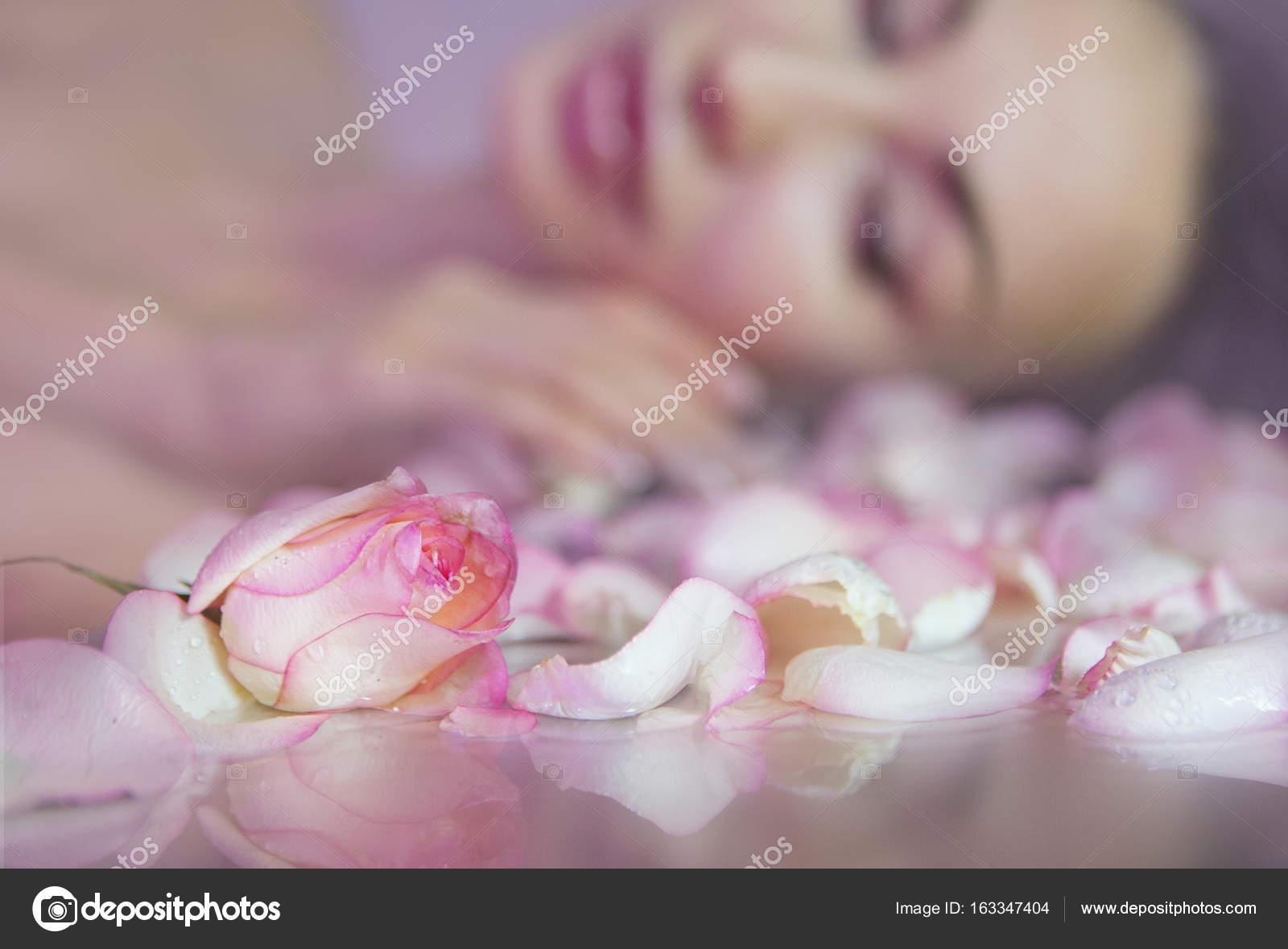 p tales de rose fra ches et rosebud rose visage de femme floue avec clea photographie. Black Bedroom Furniture Sets. Home Design Ideas