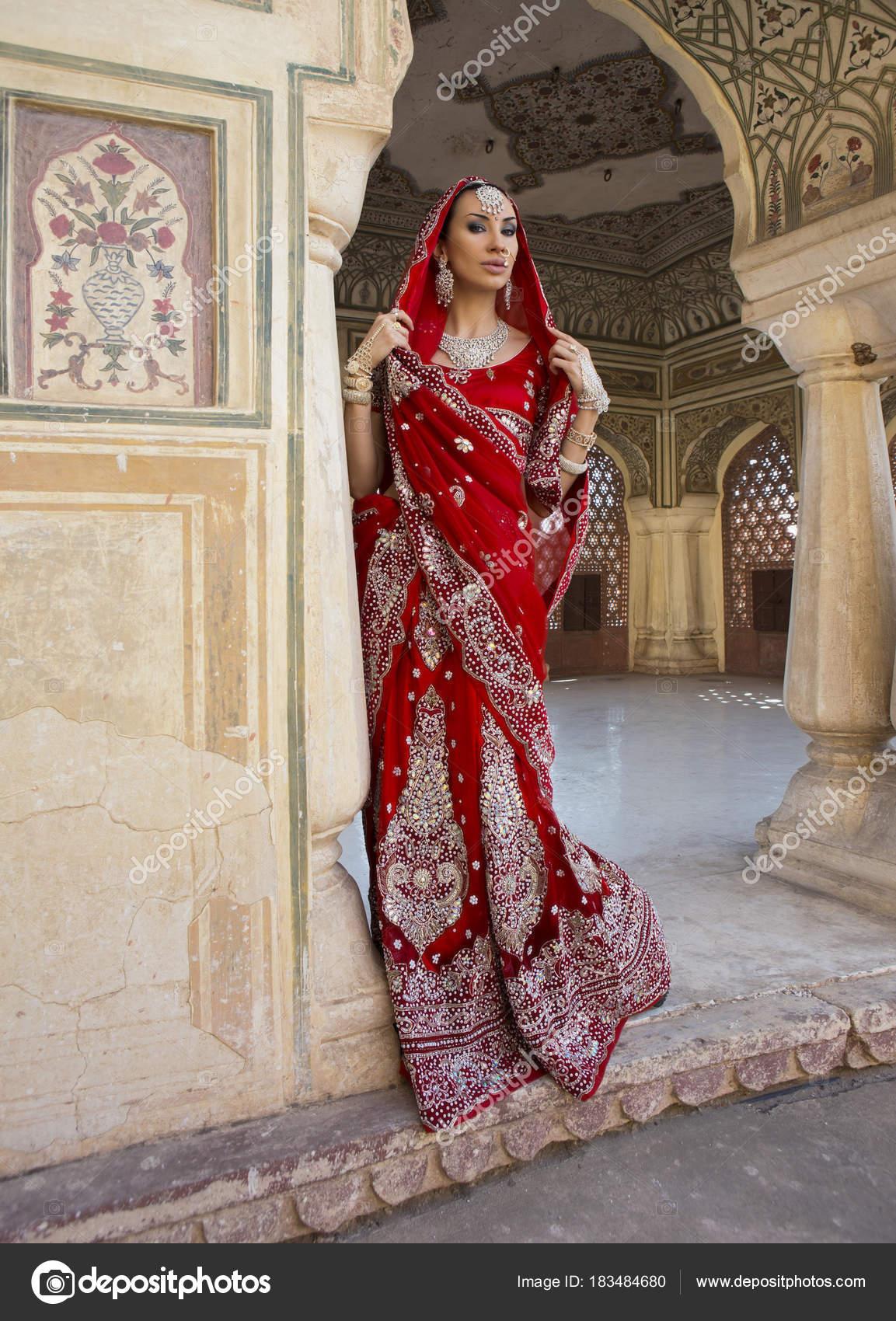 Indická žena v červené svatební oděvy sárí s orientální šperky. Dívka  krásná indická nevěsta svatební sárí. Indický u Hawamahal paláce. 40502dac83b