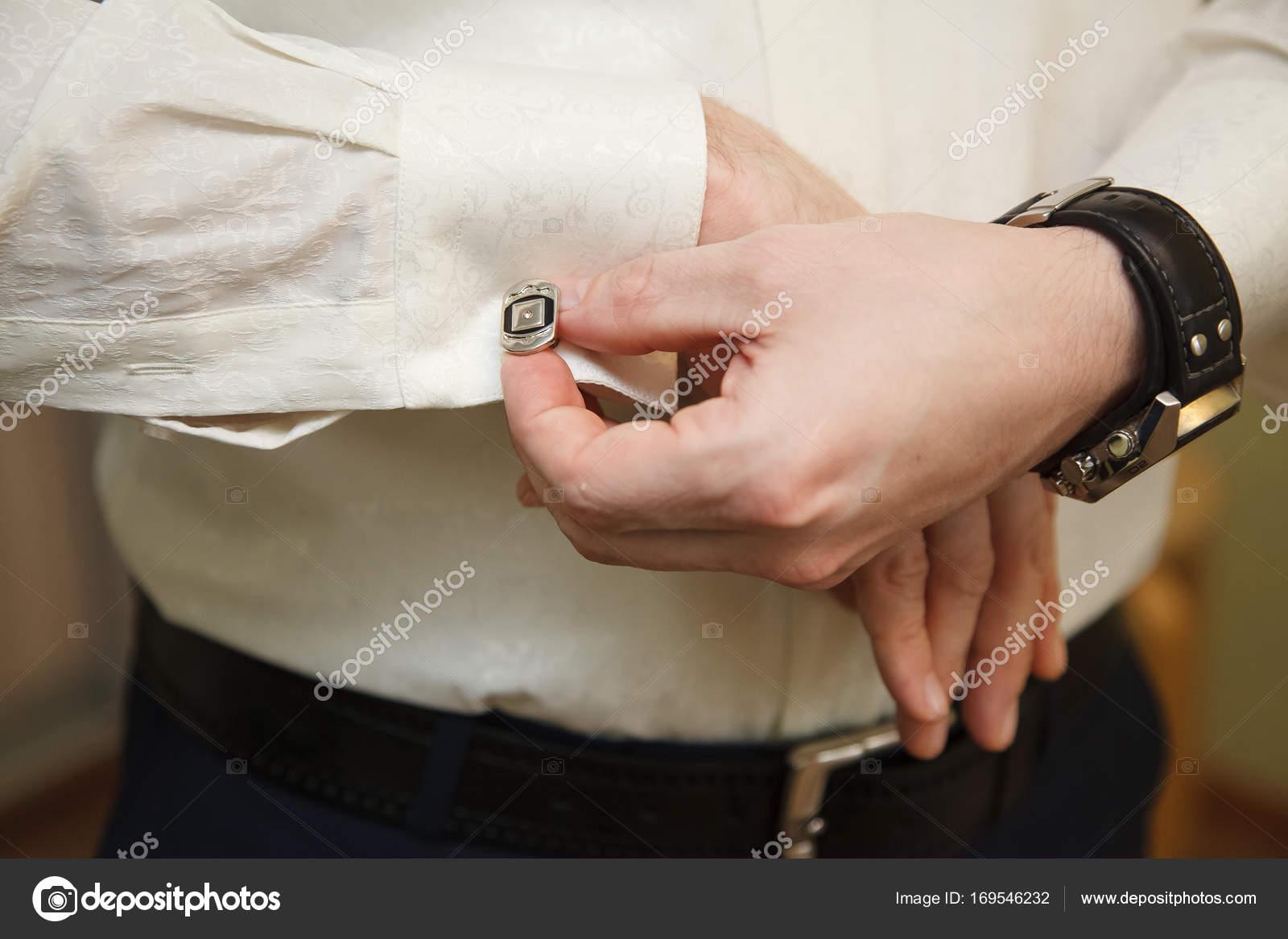 204b0499ab38 Άνθρωπος μανικετόκουμπα κουμπιά για τα πουκάμισα μανικιών– εικόνα αρχείου