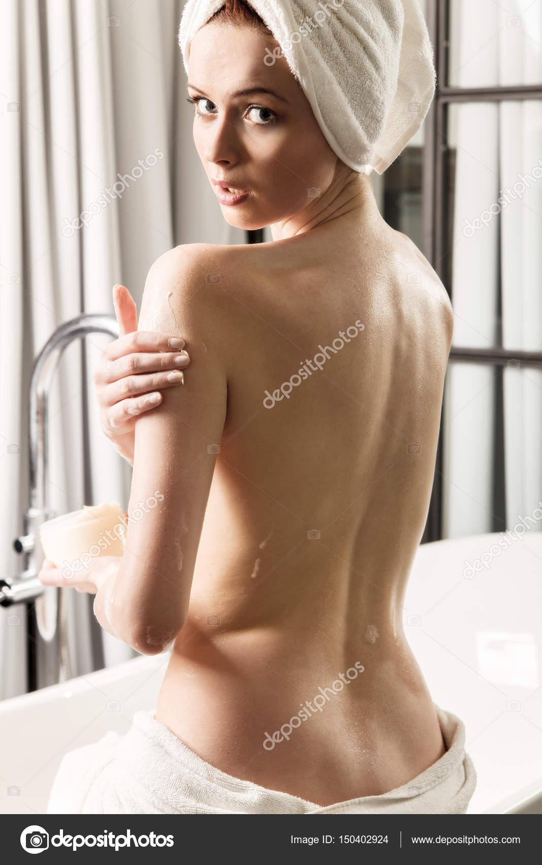 Hermosa Pelirroja Joven Desnuda Con Una Toalla Envuelta Sobre La