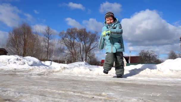 Aranyos kis gyerek fut a jég és a mosolygó, szuper lassú mozgás video