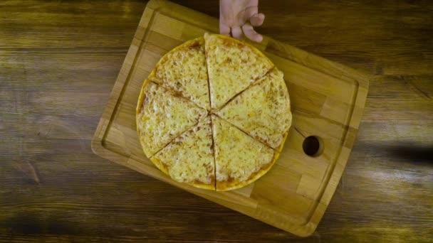 Lidé si pizzu z dřevěné desky, pohled shora, hd video