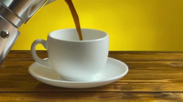 Ruční nalévání kávy z hrnku Moka do hrnku