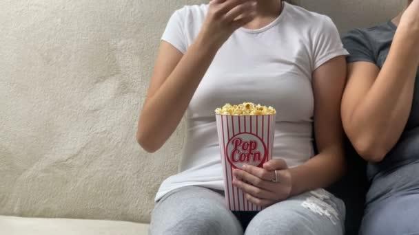 Boldog család anya a gyerek lánya néz TV-t együtt popcorn