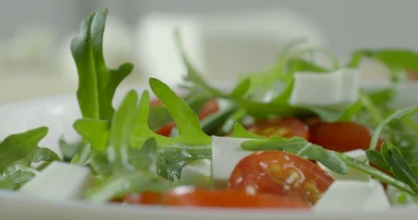 gesunder Salat mit Kirschtomaten, Käse und Rucola, Nahaufnahme