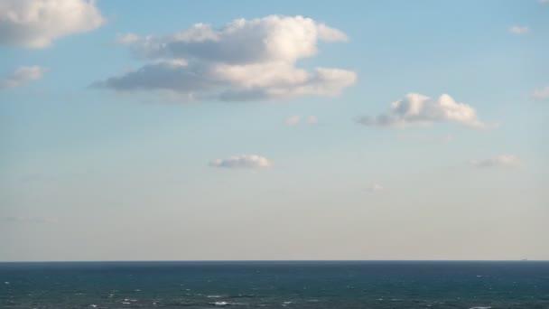 Bezproblémové uhd čas vypršel mraky na moři, které proudí nepřetržitě ve smyčce při západu slunce nebo úsvitu zprava doleva na jasné obloze