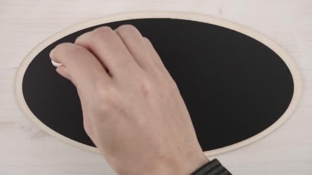 Horní pohled plochý ležel na ženské ruce psaní pět W, kdo co kde a proč v velkým křídou na tabuli