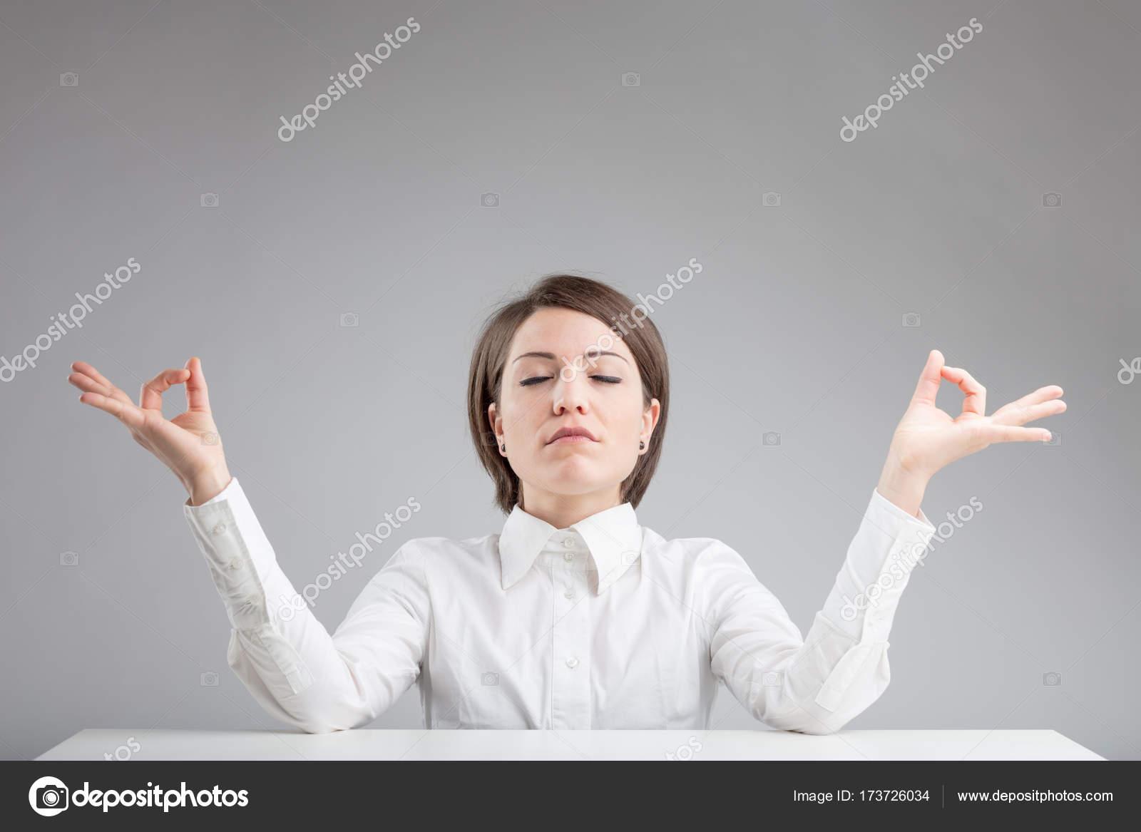 Ufficio Zen Zen : Donna di zen ufficio rilassarsi e meditare u foto stock