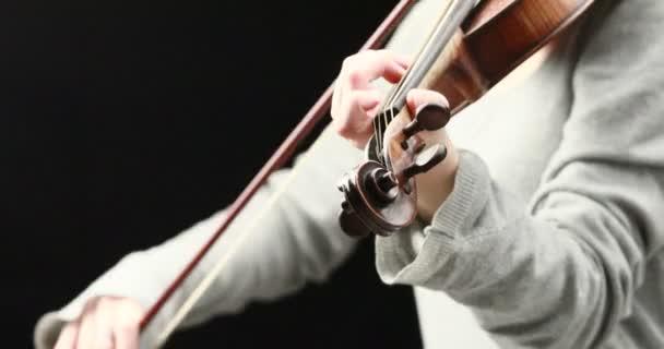 klassische Musiker Barockvioline auf schwarzem Hintergrund - Hände-Nahaufnahme-live-Action-Konzept