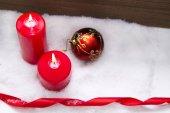 svíčky zapálil s ornamenty vánoční na sněhu