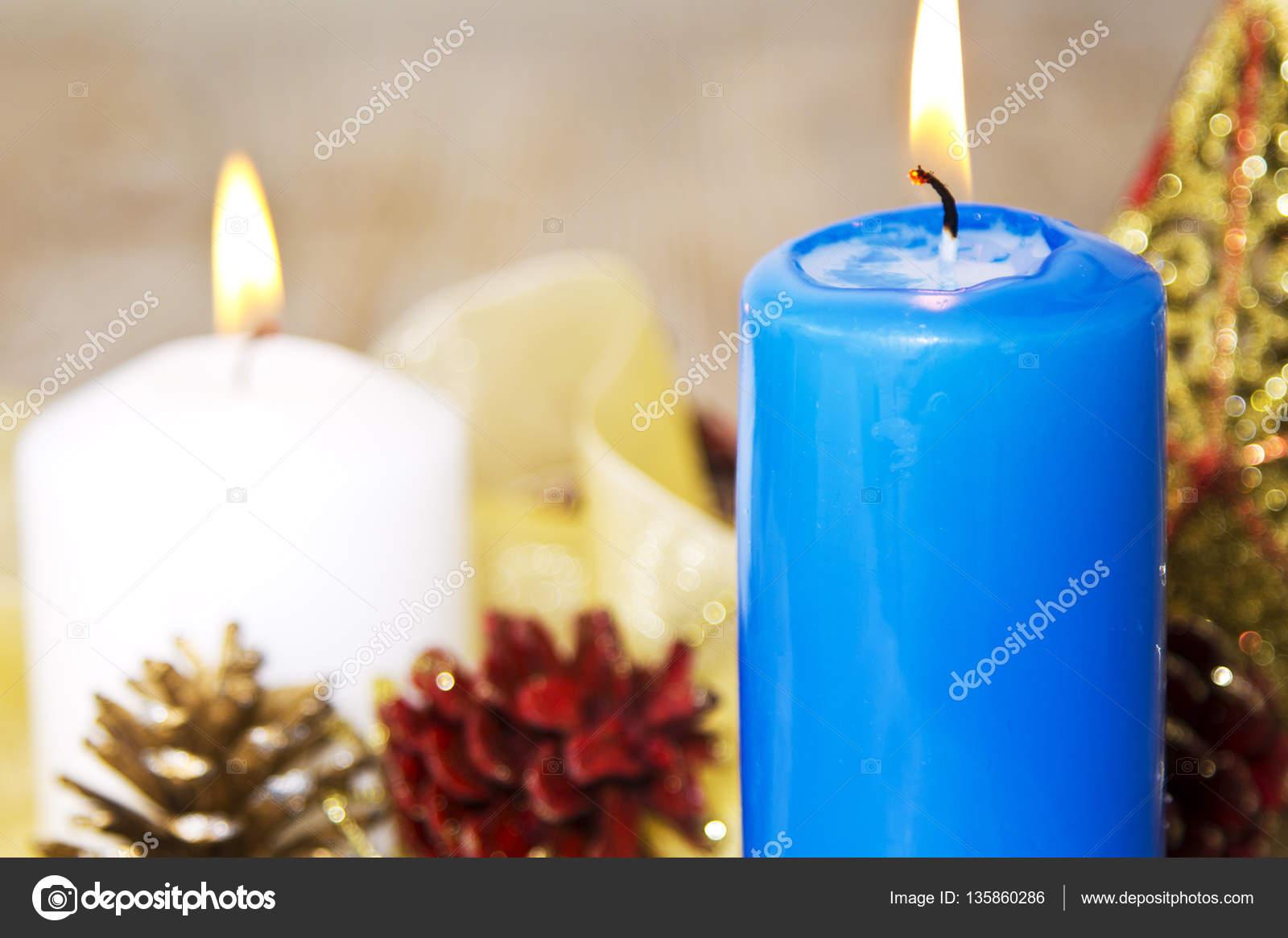 Decorare Candele Bianche : Cartolina di natale con candele bianche e blue e decorazioni di