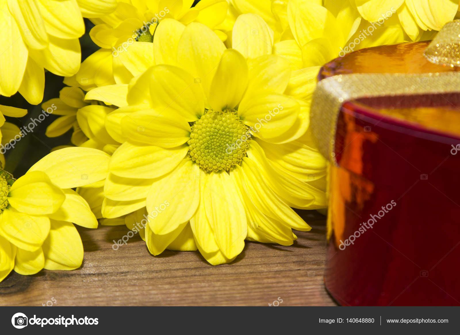 Geschenk box und gelbe blumen stockbild
